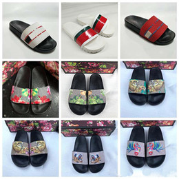 China 2019 Designer Rubber Sandals New Floral brocade Mens Fashion Slippers Red White Gear Bottoms Flip Flops Womens Slides Casual Flats slipper cheap sky gear suppliers