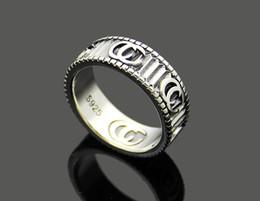 Vente en gros Modèles européens et américains d'anneau rayé lettre G Modèles de couple de bijoux en acier au titane sculptés anneau de texture