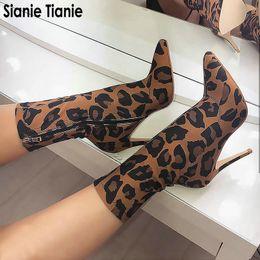 aec49c3e6f Sianie Tianie Tecido Elástico Estampa de Leopardo Moda Mulher Sexy Sapatos  de Salto Alto Botas de Salto Alto Sapatos Botas Dedos Apontou Ankle Boots