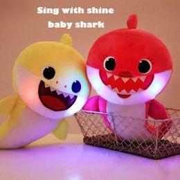 Pinkfong القرش الطفل محشوة الإضاءة مع الغناء دمى الضغط الكرتون أفخم لعب الجدة الجدة دمية لينة للأطفال هدية عيد حزب الملحق