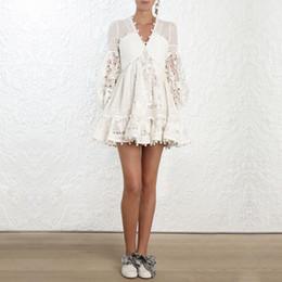 2019 Nouvelle Mode Piste Concepteur Évider Broderie Col En V Sexy Élégante Femme Mini Robe De Vacances Parti Robe Courte Robes en Solde