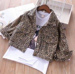 864753ea219c9 Mode enfants lettre imprimée trou T-shirt à manches longues + revers léopard  grain double poche single breasted outwear filles tenues de loisirs F4890