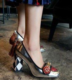 Опт Женщины Crystal Flower Toe Lingge Коренастый туфли на каблуках Женщины Заклепки Шпильки Квадратный носок Назад Перл С Кисточкой Бахромой Блеск Овчины Обувь