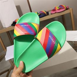 Ingrosso Pantofole da uomo color arcobaleno da donna, sandali da spiaggia estivi con suola in morbida pelle