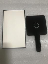 Vente en gros Vente chaude 2019 Nouveau modèle classique C mini maquillage miroir haute qualité miroir main cosmétiques outils avec cadeau boîte cadeau de mariage (Anita Liao)