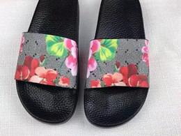 baf2c89bb Homens Mulheres Sandálias Sapatos De Grife de Luxo Deslizamento Moda Verão  Largo Plano Sandálias Chinelo Flip Flop tamanho 35-46 caixa de flor 99
