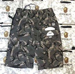 Ingrosso Pantaloncini da uomo Designer Hip Hop Abbigliamento da strada Pantaloncini da spiaggia Pantaloncini da allenamento Camouflage Stampa Tether posteriore Logo inciso Pantaloni moda Asiatico Taglia