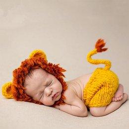 Großhandel Mädchenjungenfotoaufnahmezubehörhäkelarbeithut des niedlichen Babyfotografiestützen-Löwekostüms neugeborenes fotografia Weihnachtsbabyduschengeschenk