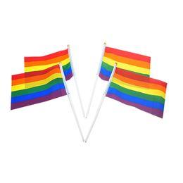 Ingrosso Arcobaleno Gay Pride Stick Flag 21 * 14CM mano creativa Mini bandiera portatile Handling Waving Utilizzando Home Party Party Decor TTA964