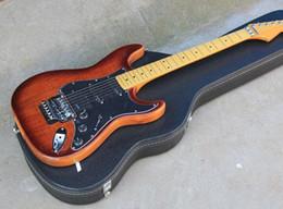 Venta al por mayor de Factory Red Brown Guitarra eléctrica con estuche rígido, cuello con cuerpo, negro Pickguard, Floyd Rose, Chrome Hardware, se puede personalizar envío gratis