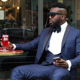 Yeni Bir Düğme Moda Groomsmen Serin Şal Yaka Damat Smokin Erkek Takım Elbise Düğün / Balo / Akşam Yemeği Best Man Blazer (Ceket + Pantolon + Kravat + Yelek) 453 indirimde