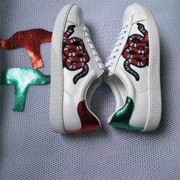 Vente en gros Nouveau designer baskets hommes Womens chaussures plates occasionnels mode blanc en cuir véritable fleur de luxe brodé plat chaussures de sport 35-44 17 couleur