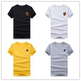 Мужские и женские хлопковые футболки с логотипом Porsche являются последними в линейке мужских и женских спортивных футболок.