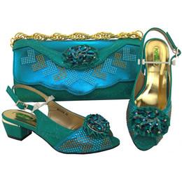 Venta al por mayor de Teal Color 4cm Bombas Zapatos de mujer africana y conjuntos de bolsos con diamantes de imitación Bombas Zapatos italianos con bolsos a juego para fiesta de noche # 37568