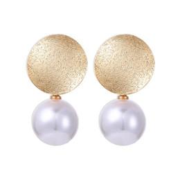 80313d9aed31 Nuevo color oro grande redondo blanco perla cuelga los pendientes para las  mujeres regalos de las muchachas de moda joyería de gota pendiente