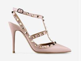 Großhandel Heiße spitze Zehe 2-Riemen mit Nieten High Heels Leder Nieten Sandalen Damen Schuhe Valentine High Heel Schuhe