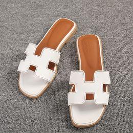 Ingrosso Nuove scarpe basse del progettista delle donne Sandali di cuoio aperti delle dita del piede Scarpe Sandali di nozze di modo di lusso delle signore
