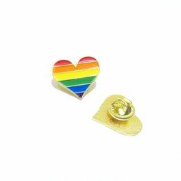 Commercio all'ingrosso 100 pz Pride Pin LGBTQ cuore spilla morbido smalto per vestiti e borse spilla distintivo in Offerta