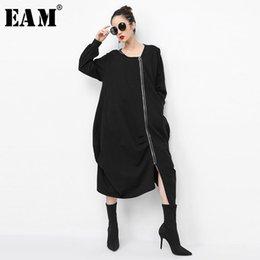 $enCountryForm.capitalKeyWord NZ - [EAM]Nice Pop Autumn Winter Round Neck Long Sleeve Fold Stitching Irregular Large Size Long Windbreaker Women Fashion Tide JH825