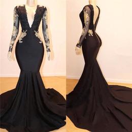 2019 Schwarz V-Ausschnitt Satin Mermaid Prom Kleider mit langen Ärmeln Gold Lace Appliques Backless Plus Size Formal Party Abendkleider im Angebot