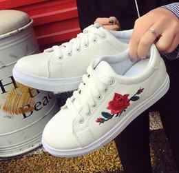 70c1573d03 Novos Sapatos Bordados Feminino Faculdade de Fundo Liso Rendas Estudante  Lazer Ladies Slip-prova Sapatos de Borracha Inferior W1051