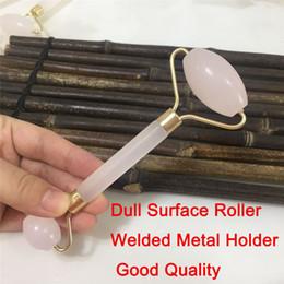 Vente en gros JD008 Facial Rose 100% Naturel Jade Quartz Rouleau Double Cou Guérison Minceur Visage Rouleau Masseur Dull Surface Soudé Titulaire intégré