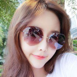 Vente en gros Lunettes de soleil design de luxe pour les femmes Fashion Designer Sun verre Cadre ovale revêtement miroir UV400 Objectif Jambes en fibre de carbone d'été style Lunettes
