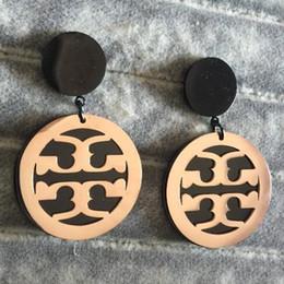 888e26821221 2019 Famosa Marca de Joyería de Oro Negro Plateado Tamaño Grande Pendientes  de Moda T Sello de Acero Inoxidable 316L Pendientes Al Por Mayor de las  mujeres