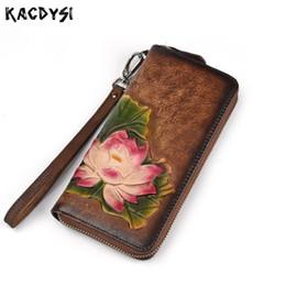 eca761899 Diseñador hecho a mano en relieve largo Vintage mujeres billetera de cuero  genuino coloreado a mano moda señora embrague monedero muñequeras cremallera  ...