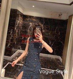 Venta al por mayor de 2019 vestidos de verano de mujer de marca Señoras Bodycon Sin mangas Fiesta de noche Botón decoración Vestido Vestido de verano dividido sexy