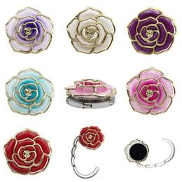 Großhandel Metall Kleiderbügel Rose Form Faltbare Tasche Geldbörse Haken Tragbare Rose Tisch Haken für Tasche Kreative Mehrere Tasche Schreibtisch Kleiderbügel EEA445