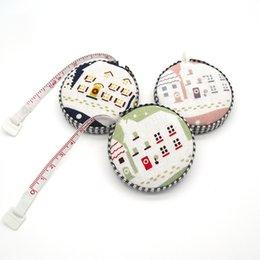 Venta al por mayor de 150 cm / 60 pulgadas Cinta métrica Regla retráctil portátil Cinta de medición cubierta de tela Herramientas de costura Regalos creativos WB296