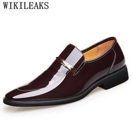 e5236974c 2018 Marca de Luxo de Couro de Patente Moda Homens de Negócios Vestido  Loafers Brown Sapatos Pretos Sapatos Oxford Para Homens Casamento Formal