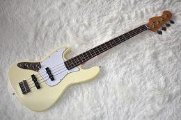 Vente en gros Usine personnalisé 4 cordes jaune lait la guitare basse électrique avec matériel de chrome, pickguard blanc, haute qualité, peut être personnalisé