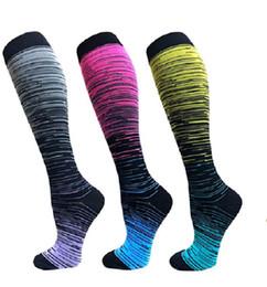 Ingrosso Gradiente di compressione Socks Pallacanestro calzino lungo del ginocchio atletico dei calzini di sport degli uomini di modo di inverno calzini Anti Fatica Dolore di piedino Shaper GGA3046-1