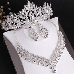 Venta al por mayor de El más vendido de gama alta de la novia pendientes de collar de corona de boda conjunto de tres piezas de cristal blanco hecho a mano artesanía fina envío gratis