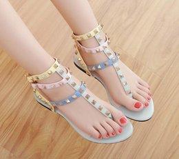 Venta al por mayor de Tamaño 34-45 color del arco iris sandalias de gladiador mujer diseñador remaches chanclas T correa-sandalias cinturón de tobillo zapatos romanos N040