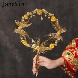 JaneVini 2019 El más nuevo diseñador Novia Aficionados a mano Flor de mariposa de metal dorado Boda nupcial china Titular de novia Fan Ramo De Boda