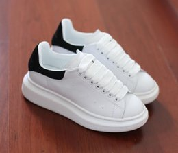 $enCountryForm.capitalKeyWord NZ - Mens Womens Casual Shoes Summer Breathable Sneaker Engraved Leather Paris White Shoes Muffin Sports Sneakers Flat Leather