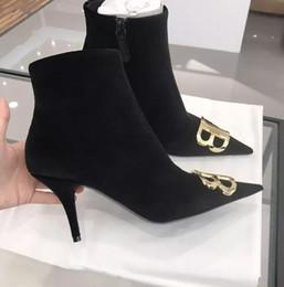 Großhandel Heißer Verkauf Lila Schwarz Wildleder Stiefeletten Frauen Spitz Gold Metall Dekoration Western Mode Stiefel Low Heels Winter Stiefel