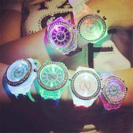 Venta al por mayor de Luminoso diamante llevó reloj de silicona LED luces de colores Reloj de diamantes Reloj de mujer Reloj de pulsera Relojes de parejas Relojes de alumbrado hasta juguetes
