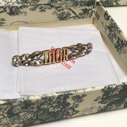 Großhandel Neue stil Brosche Strass blatt modellierung diamant Berühmte brief Anhänger kette Anstecknadel für Frauen Schmuck Zubehör mit geschenk C-C2