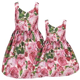China Mother and daughter matching outfits 2019 summer kids floral printed suspender dress girls V-neck single breasted princess dress F6600 suppliers