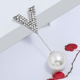 $enCountryForm.capitalKeyWord Australia - Wholesale Fashion V Shape Brooches Scarf Clips Gold Silver Crystal Pearl Corsage Brooch Pins Women Suit Lapel Pins Accessories