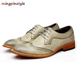 b450a43830 Moda comercial cordones para hombre zapatos de cuero casuales populares de  primavera y otoño británicos tallados en punta del dedo del pie masculino  Oxford ...