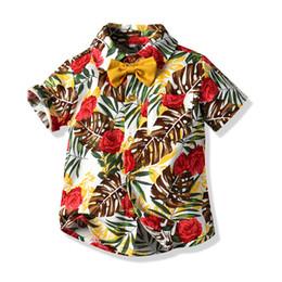 Toptan satış Ins Bebek Erkek Gömlek Yaz Yaprak Baskılı Papyon Shot Sleeve Yaka Çocuklar Casual Gömlek Hawaii Tarzı Çocuk Moda Y1941 Tops
