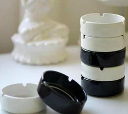 Großhandel 2019 neue Keramik Aschenbecher mit Mode Klassische weiße und schwarze Runde Aschenbecher VIP-Geschenk