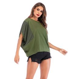 Ingrosso Maglietta casuale del bicchierino del blocco delle donne di grande formato casuale delle donne di estate 2019 che taglia le magliette allentate del T delle magliette femminili a strisce rotonde di colore verde