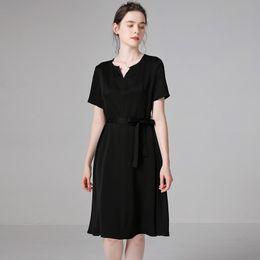 fe621a792d4c53 100% Seide Sommerkleid Frauen schwarz Seide casual Kleid Seidenröcke mit  Gürtel Halbarm V-Ausschnitt Knielang Röcke Damenbekleidung