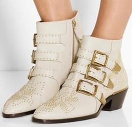 2019 Susanna Cravejado Ankle Boots De Couro Real Mulheres Dedo Do Pé Redondo Rivet Flor Martin Botas Mulheres Botas De Veludo De Luxo Zapatos Mujer em Promoção